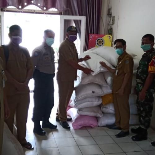 Pemkab Paser Salurkan 3,1 Ton Beras Warga Komam Terdampak Banjir